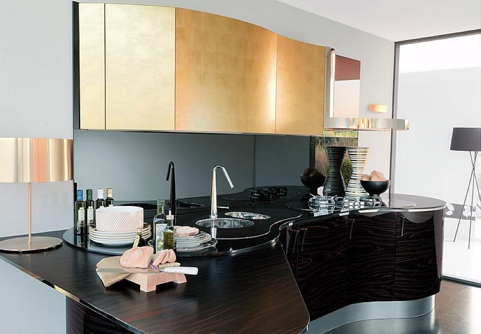 Italienische Designerküche mit Oberfläche aus Blattgold ...